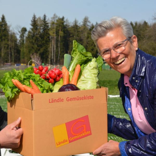 Übergabe der Gemüsekiste von Daniela Fessler an Michael Hagspiel