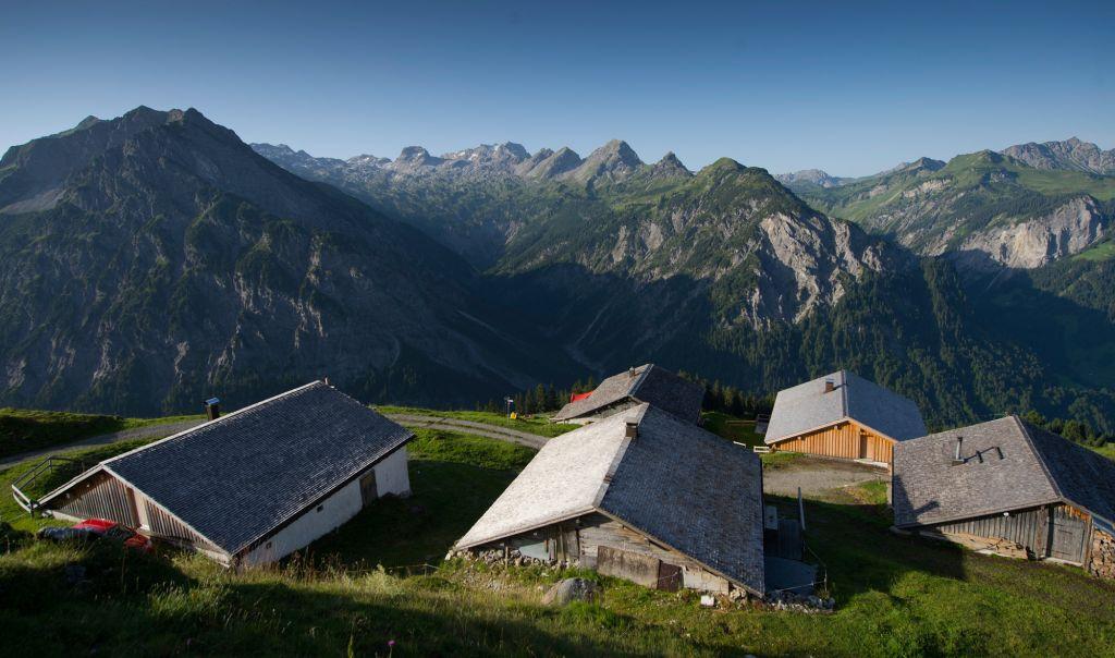 Aufnahme Der Alpe Ober-Überlut Von Höhrerer Position Mit überwältigendem Bergpanorama Im Hintergrund.