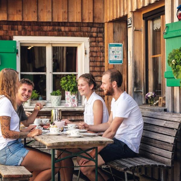 Alpe Stongen Personen am Tisch Foto: Weissengruber und Partner